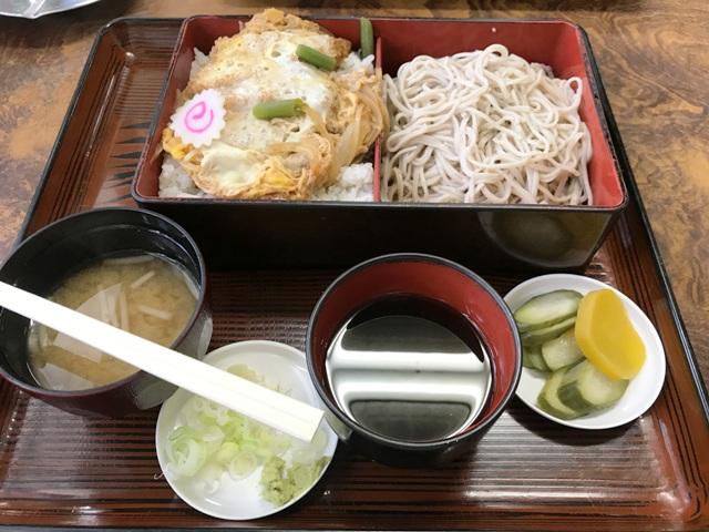今日の昼飯は~! σ(~~~、)ムシャ ムシャ!!